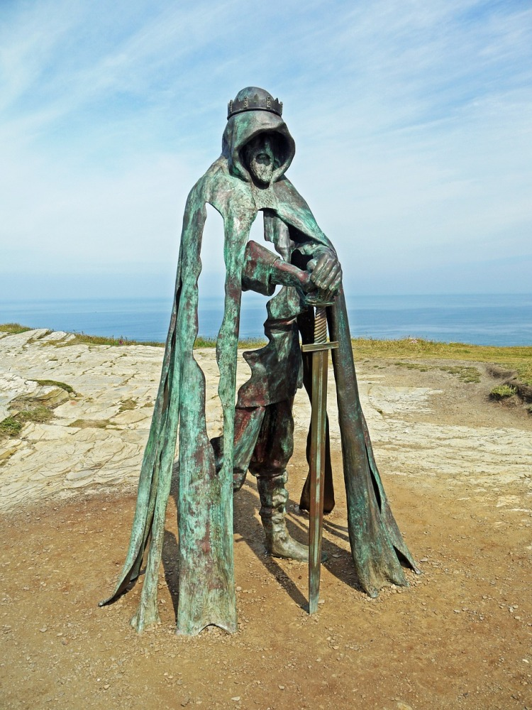 A bronze sculpture of King Artus at Tintagil Castle by the artist Rubin Eynon.